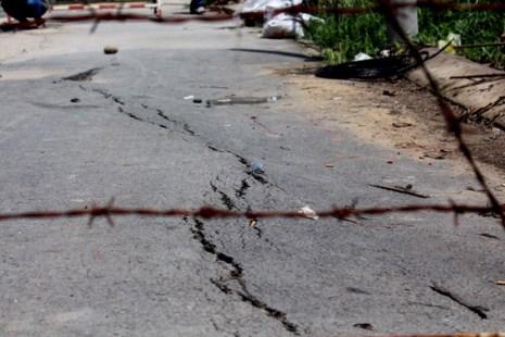 Ngày 31-5, một vết nứt dài xuất hiện trên mặt đường hẻm 1740, cạnh sông Rạch Tôm (ấp 3, xã Nhơn Đức, huyện Nhà Bè, TP.HCM) cách đường Lê Văn Lương 300m về phía Nam.