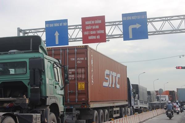 Đường Võ Chí Công, hàng ngàn xe nối đuôi nhau kéo dài hơn 5km từ cầu Phú Mỹ đến vòng xoay Mỹ Thủy