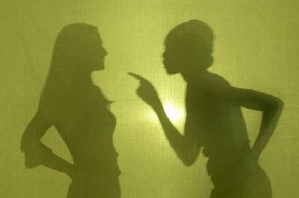 Sự vô minh đã đặt dấu chấm hết cho tình chị em thân thiết. Ảnh minh họa.