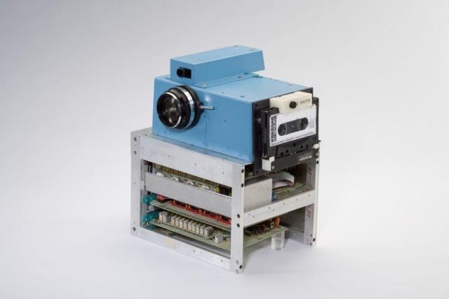 Chiếc máy ảnh ngày nào của Steven, nó được lưu trữ với một chiếc băng cassette.