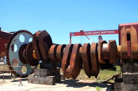 Một đống sắt vụn đang rỉ sét tại xưởng đóng tàu. Ảnh: T.H