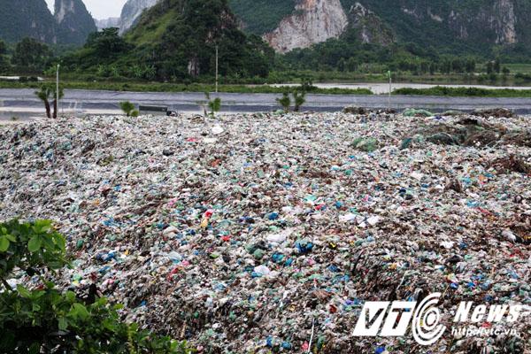 Hàng chục ngàn khối rác thải cứ ngày ngày được tập kết nhưng không được chôn lấp, xử lý theo quy định để bảo vệ môi trường.