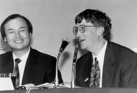 Son và Bill Gates trong lễ công bố phát triển game vào tháng 6 năm 1995.