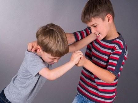 Thói quen bạo lực từ người lớn sẽ khiến trẻ có xu hướng thực hiện những hành vi tiêu cực tương tự. (Ảnh minh họa).