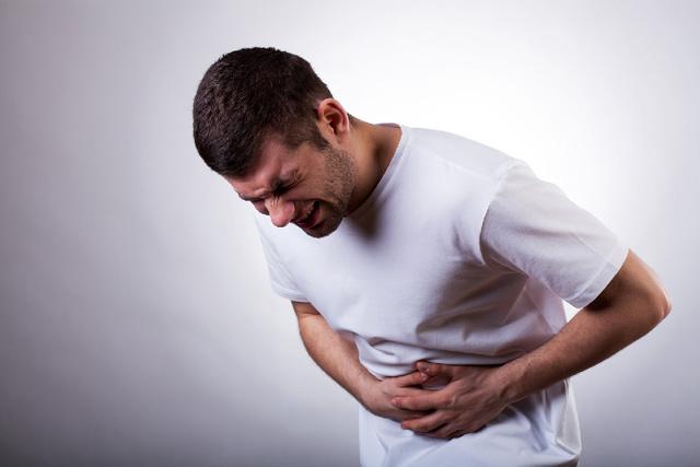 Táo bón đôi khi dẫn đến những cơn đau bụng quằn quại...