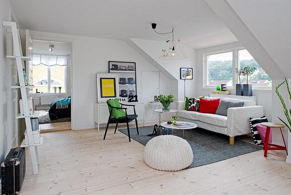 Được thiết kế với những món nội thất vô cùng gọn gàng, đơn giản, tuy nhiên góc nhỏ này lại không hề đơn điệu bởi những điểm nhấn ẩn tượng, bắt mắt với nhiều màu sắc của những chiếc gốc ôm và cây xanh.