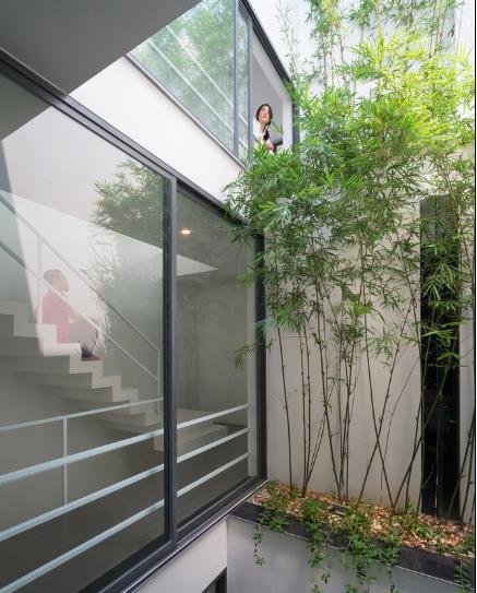Với diện tích 75m2 (5mx15m), ngôi nhà được thiết kế khá đặc biệt với hai khoảng không gian xanh mát phía trước và ở giữa ngôi nhà.