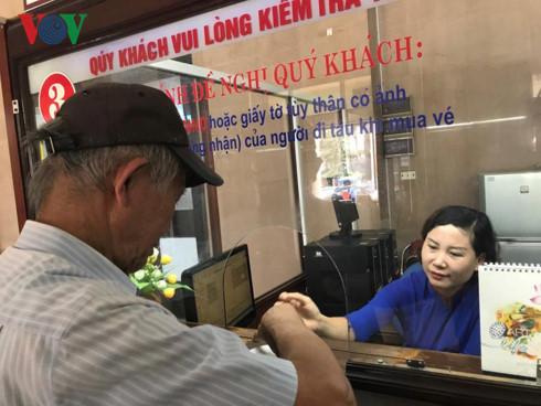 """Ông Nguyễn Linh, ở quận Hai Bà Trưng, Hà Nội cho rằng """"Ga Hà Nội là biểu tượng hơn 100 năm của Hà Nội, người dân Hà Nội và cả nước vốn đã quá quen thuộc rồi. Nên những quyết định đưa ra cũng phải được cân nhắc và bàn thảo kỹ""""."""