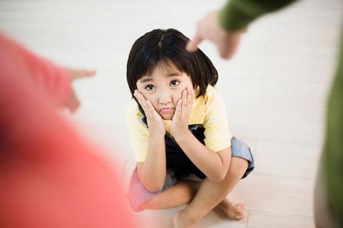 Đừng dùng những ám thị tiêu cực đối với con trẻ nếu bạn không muốn các bé ngày càng trở nên lầm lì, khó bảo. (Ảnh minh họa).