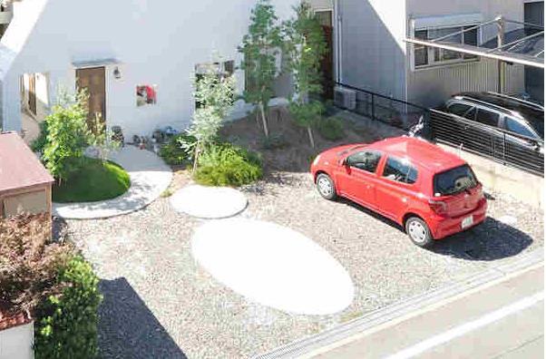 Phía trước nhà là khoảng sân nhỏ dùng làm nơi để xe, trồng cây xanh của gia đình.