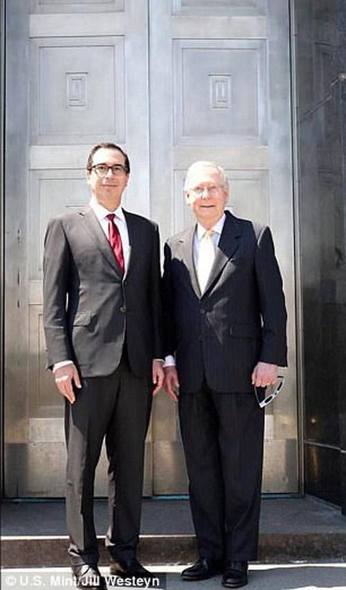 Khách mời danh dự: Bộ trưởng Tài chính Steve Mnuchin (trái) và Nhà lãnh đạo Thượng viện Mitch McConnell (bên phải) trước cửa chính của Trung tâm Lưu ký Tiền tệ Hoa Kỳ Fort Knox