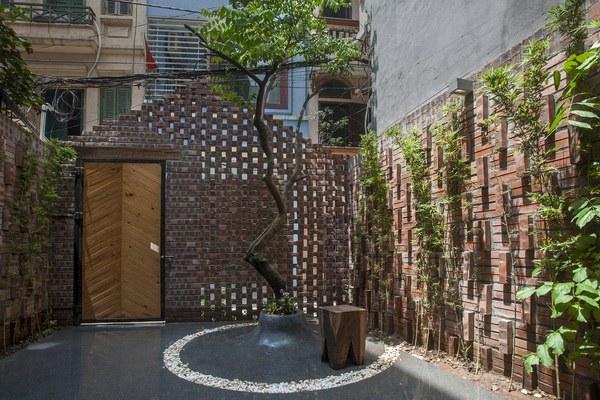 Khác với những ngôi nhà trong ngõ tận dụng tối đa diện tích sử dụng để chồng tầng, cơi nới, chủ nhân ngôi nhà này lại dành cả một khoảng sân trước nhà để trồng cây, làm không gian thư giãn ngoài trời tuyệt đẹp.