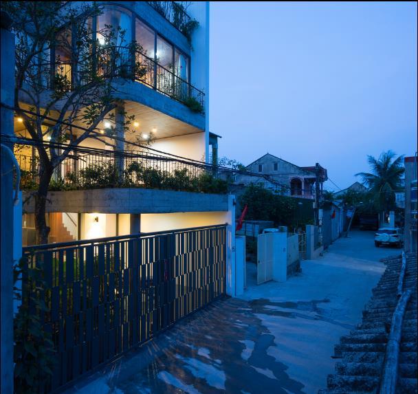 Xung quanh là những khu nhà thấp tầng. Với lợi thế hướng nam nên ngôi nhà này luôn được hưởng không khí mát mẻ quanh năm.