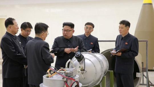 Cùng ngày, hãng thông tấn Trung ương Triều Tiên (KCNA) công bố loạt ảnh nhà lãnh đạo Kim Jong-un thị sát một vật thể được Bình Nhưỡng gọi là quả bom hydro (bom H) mới. Ảnh: KCNA