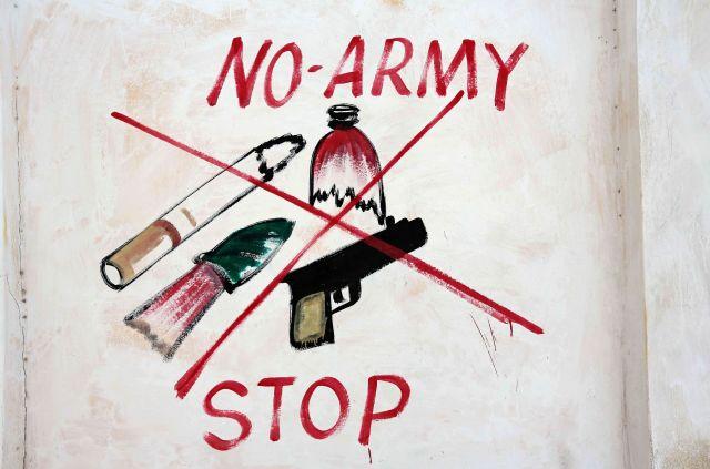 Một hình minh họa cấm vũ khí và thuốc lá được nhìn thấy trên tường của một sân vận động ở quận Hodan, Mogadishu, Somali.