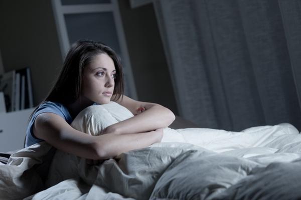 Chứng ngủ rũ khiến bạn thường xuyên thức giấc suốt đêm.