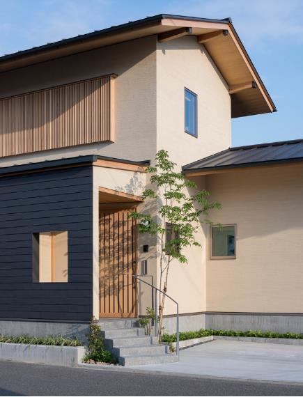 Khác với những ngôi nhà bình thường hướng ra mặt đường, chủ ngôi nhà này lại chọn phương án quay lưng vào bên trong và để một khoảng sân làm nơi để ô tô và lối vào ngôi nhà.