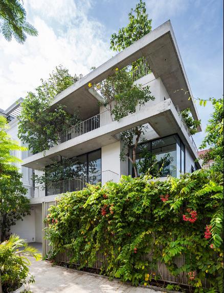 Trên tổng diện tích 260m2, không gian trong nhà được thiết kế thoáng mở và dành phần lớn diện tích cho cây xanh.