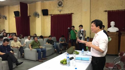 Ông Nguyễn Thuỷ Nguyên, Chủ tịch HĐQT Tổng Công ty cổ phần Vận tải Thuỷ Việt Nam trong buổi làm việc với nghệ sĩ Hãng phim truyện Việt Nam.