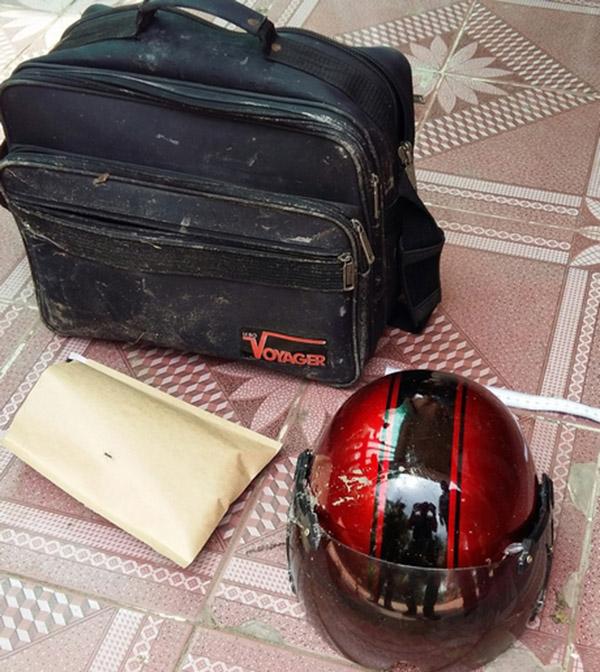 Túi xách, nón bảo hiểm mà nghi phạm cướp ngân hàng để lại