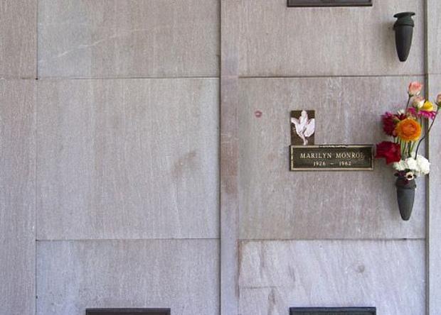 Ngăn mộ của ông Hefner nằm ngay sát nơi an nghỉ của nữ minh tinh nổi tiếng Marilyn Monroe.