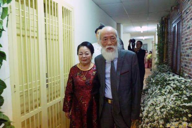 Thầy Văn Như Cương và vợ lúc nào cũng bên nhau không rời. (Nguồn ảnh: Internet)