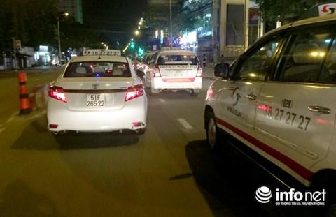 Tối qua, nhiều xe taxi của hãng Vinasun không còn dán decal phản đối Uber và Grab.