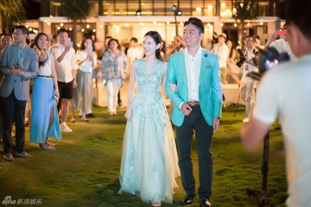 Đại gia Lưu Cường Đông và cô gái trà sữa Chương Trạch Thiên trong hôn lễ.