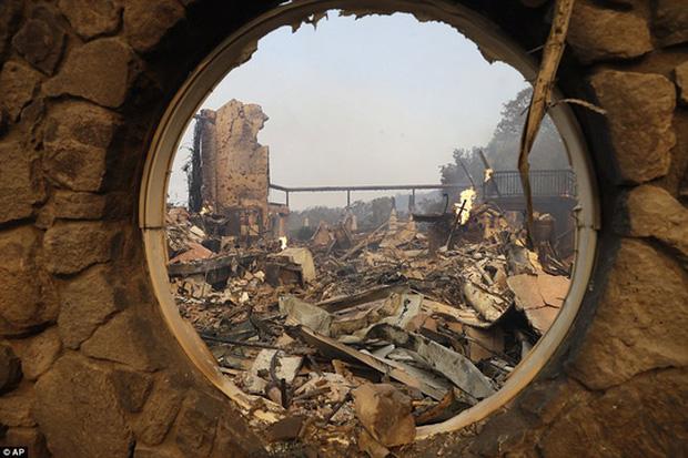 Cảnh đổ nát trong vụ hỏa hoạn ở Napa. Ảnh: AP
