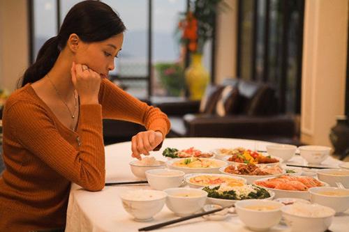 Dùng bữa một mình không chỉ gây ra những cảm xúc tiêu cực mà còn làm ảnh hưởng tới tình trạng sức khỏe của dạ dày. (Ảnh minh họa).