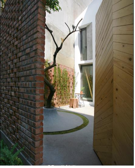 Phía sau cánh cổng gỗ đơn giản là cả một kiệt tác nghệ thuật