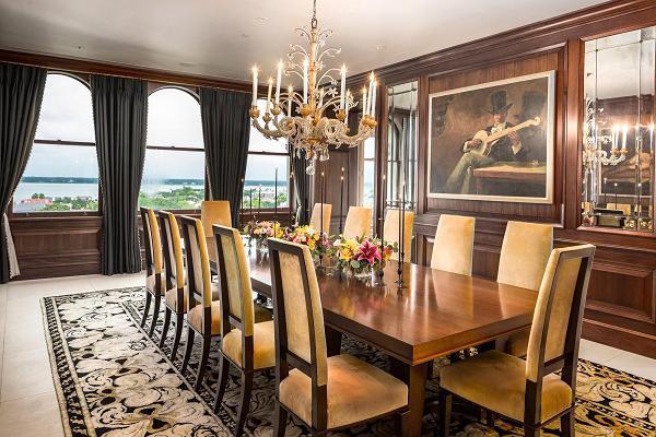 Phòng ăn có 12 chỗ ngồi đối xứng, dưới một chiếc đèn chùm pha lê của Ý từ những thập niên 80.