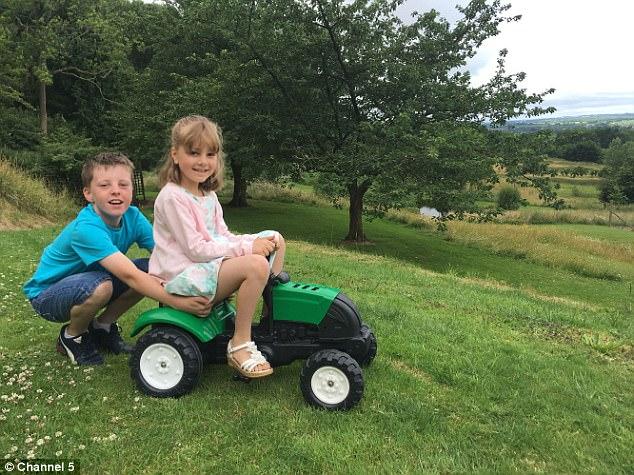 Hai bé Olivia and Freddie Leamon nhà Leamon nô đùa ở không gian rộng 24 hecta của gia đình Fiddes.