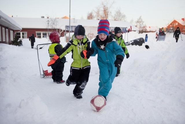 Trẻ em Thụy Điển vui chơi ngoài trời mỗi ngày, dù trong trời mưa tuyết (Ảnh minh họa)