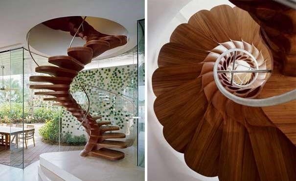 Chiếc cầu thang gỗ này là điểm nhấn vô cùng bắt mắt, trông nó không khác gì một bông hoa đang nở giữa nhà.