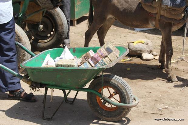 Nếu quá mệt để cầm tiền bạn có thể thuê xe cút-kít để chuyển tiền.