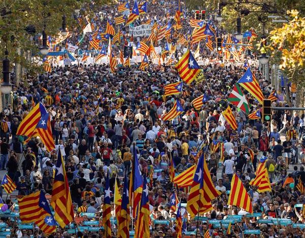 Người dân Catalonia đổ ra đường mừng kết quả bỏ phiếu Tuyên bố độc lập. (Ảnh: Reuters)