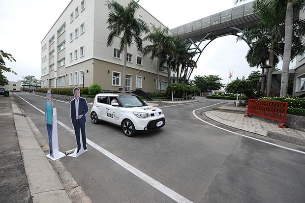 Vật cản hình người cao 1,7m được đặt trên đường để thử nghiệm.