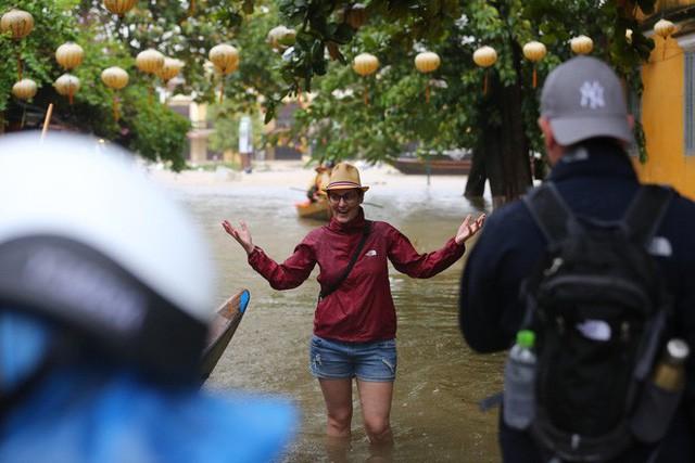 Nhiều du khách nước ngoài tỏ ra thích thú và lạ lẫm lội nước đi chụp hình