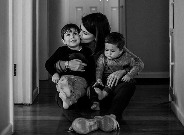 Chị Sarah đã viết thư để lại cho 2 con để căn dặn các con những điều tốt đẹp trong cuộc sống.