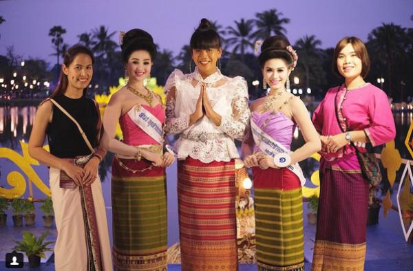 Nữ MC chuyển giới trong bộ trang phục đặc trưng của xứ sở Chùa Vàng.