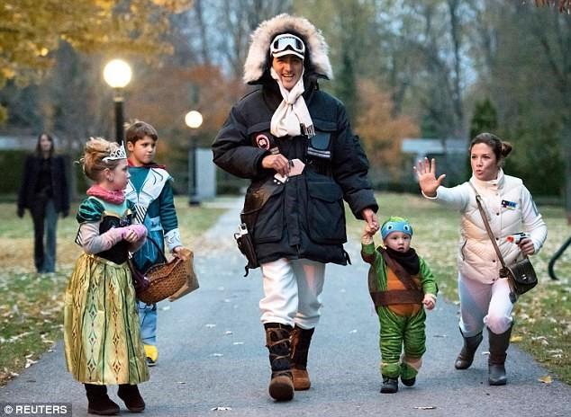 Hình ảnh cả gia đình cùng hóa trang trong dịp Halloween năm 2015.
