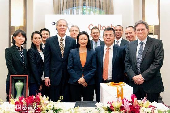 Vợ chồng ông Chen kí kết hợp đồng với Học viện California.