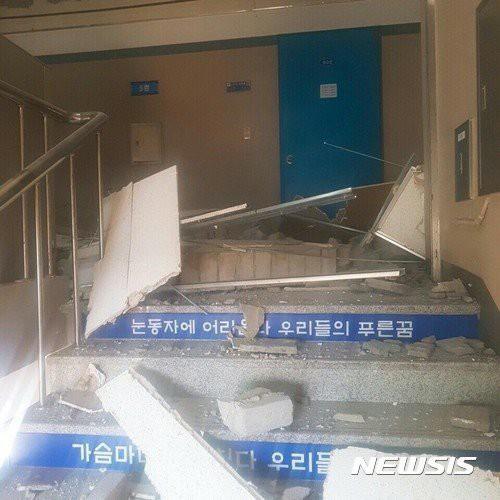 Một cầu thang ngổn ngang đất đá sau động đất. (Nguồn: Newsis)