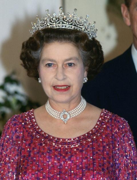 Nữ hoàng Elizabeth II đã đeo chiếc vòng cổ ngọc trai trong chuyến thăm Bangladesh năm 1983.