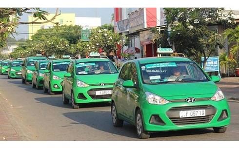 Taxi truyền thống cho rằng đang bị đối xử bất bình đẳng với taxi công nghệ là Uber và Grab.