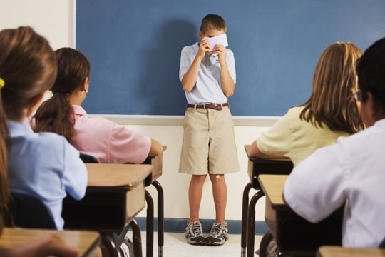 Trẻ tự ti đặc biệt nhạy cảm với lời nhận xét từ phía mọi người (Ảnh minh họa).
