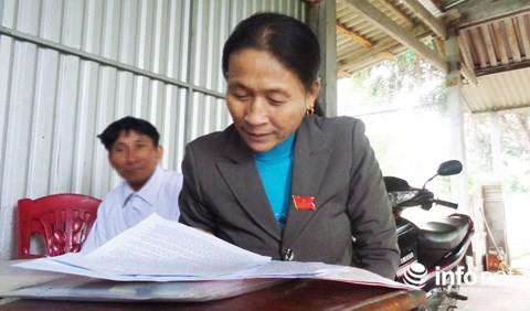Bà Nguyễn Thị Hòa - Bí thư Chi bộ thôn 4, xã Thanh Thủy trao đổi với PV.