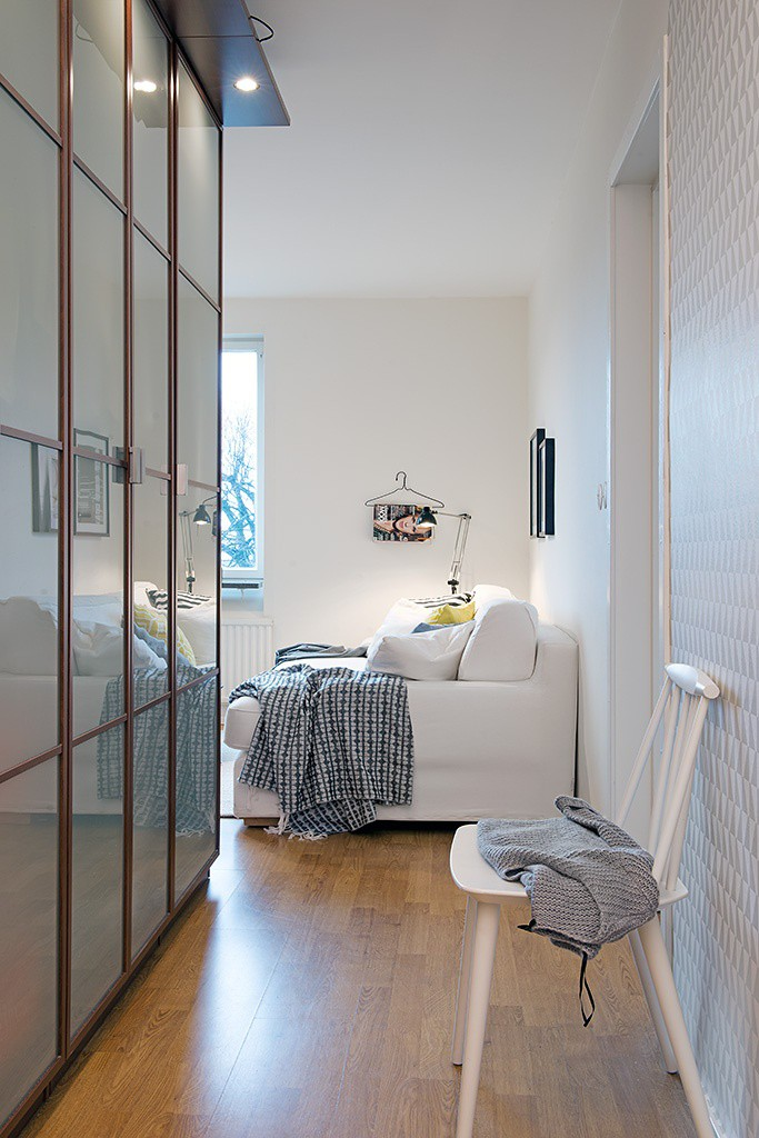 Vào bên trong là cả một không gian rộng thoáng với toàn bộ tường, trần nhà và vô số những đồ nội thất lớn nhỏ được phủ màu trắng tinh khôi.
