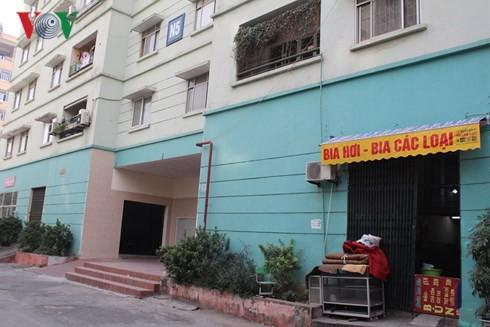 Phía ngoài ki ốt cho thuê nhà N5, Khu tái định cư Đồng Tàu bị lún sụt, tối 24/12.